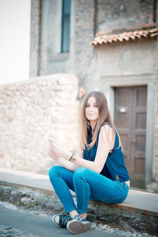 Giovane bella donna dei pantaloni a vita bassa fotografie stock libere da diritti
