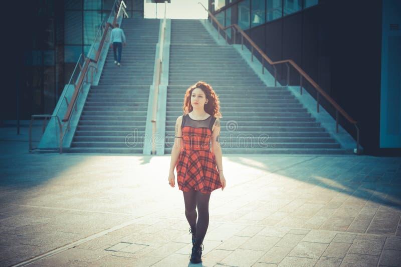 Giovane bella donna dei pantaloni a vita bassa con capelli ricci rossi fotografie stock libere da diritti