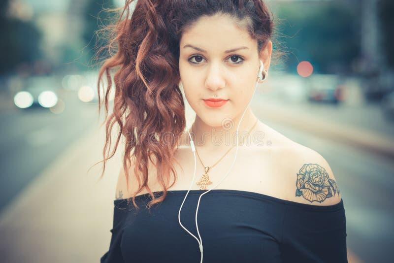 Giovane bella donna dei pantaloni a vita bassa con capelli ricci rossi immagine stock libera da diritti