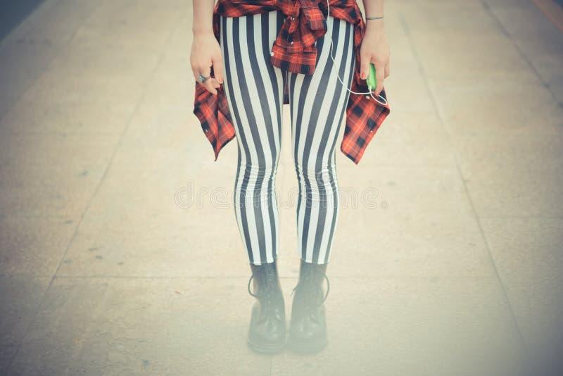 Giovane bella donna dei pantaloni a vita bassa con capelli ricci rossi fotografia stock libera da diritti