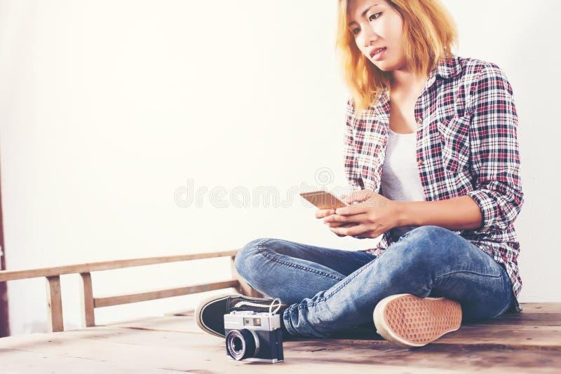 Giovane bella donna dei pantaloni a vita bassa con una vecchia retro macchina fotografica fotografie stock libere da diritti