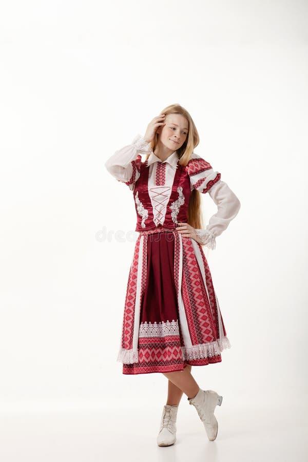 Giovane bella donna del ballerino di piega della testarossa con capelli lunghi splendidi nella posa piega autentica tradizionale  immagine stock libera da diritti