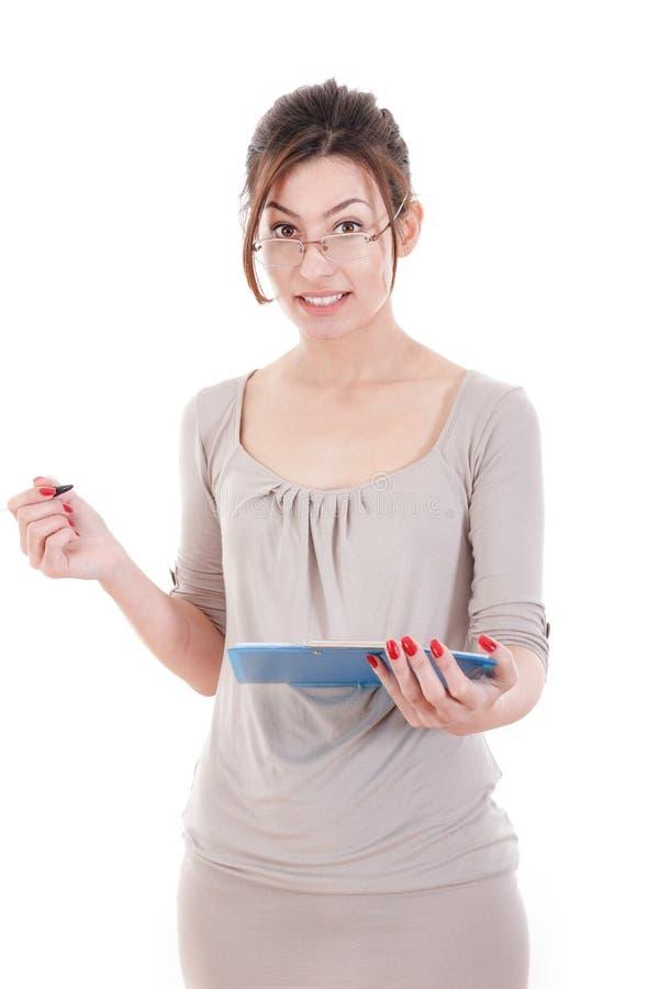 Giovane bella donna di affari nella penna di tenuta di vetro e nel docume fotografia stock libera da diritti