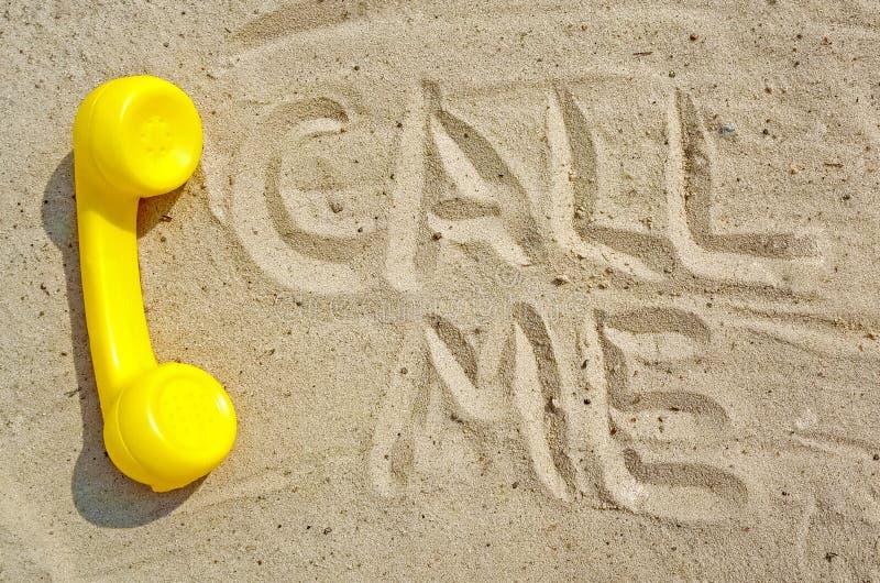 giovane bella donna di affari su una priorità bassa isolata Il tubo giallo di vecchio telefono d'annata si trova sulla sabbia immagini stock libere da diritti