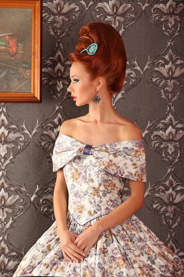 Giovane bella donna di lusso in vestito vittoriano d'annata fotografia stock libera da diritti