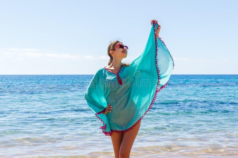 Giovane bella donna esile felice sulla spiaggia, allegro, ballando, correndo e divertendosi nelle vacanze estive fotografia stock libera da diritti