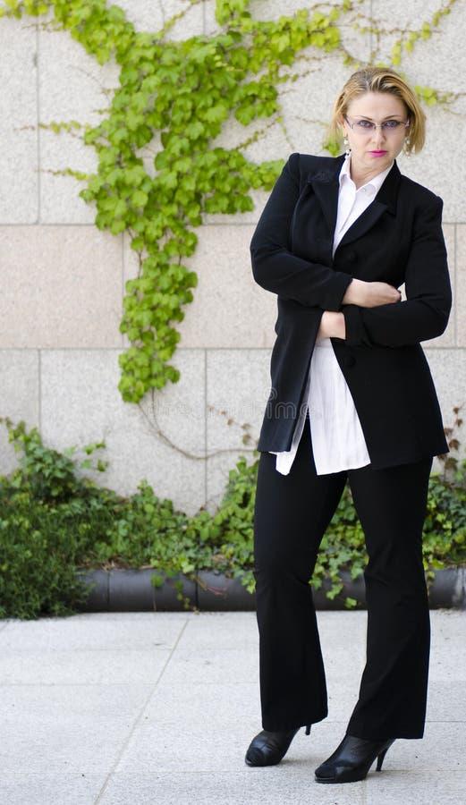 Giovane bella donna europea di affari in vetri. immagini stock libere da diritti