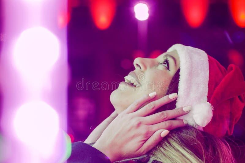 Giovane bella donna felice Ragazza sorpresa di inverno Ritratto di J fotografia stock