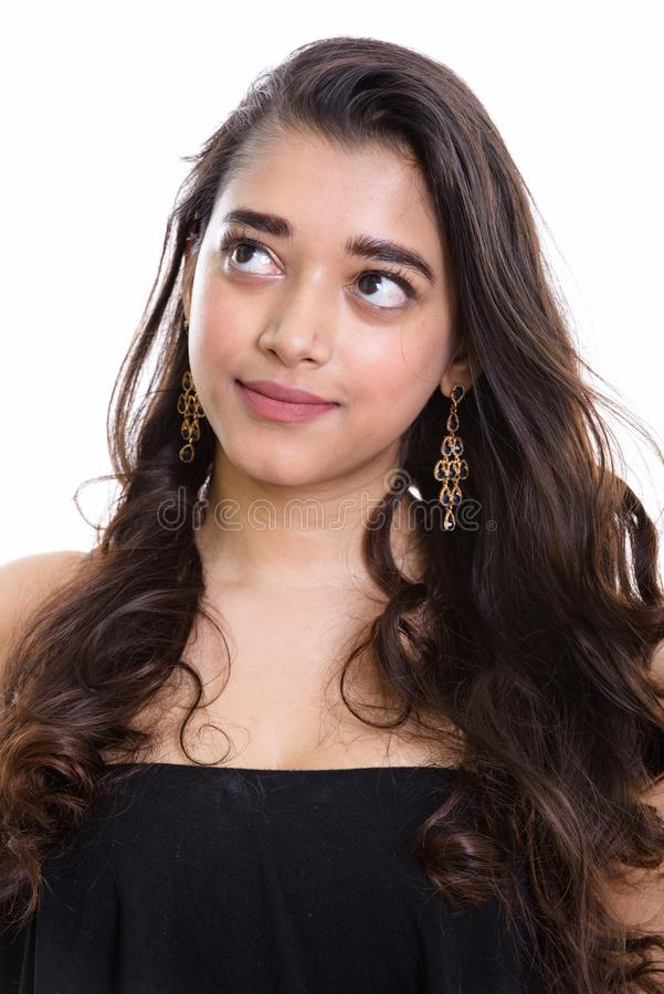 Giovane bella donna indiana che pensa mentre cercando immagine stock