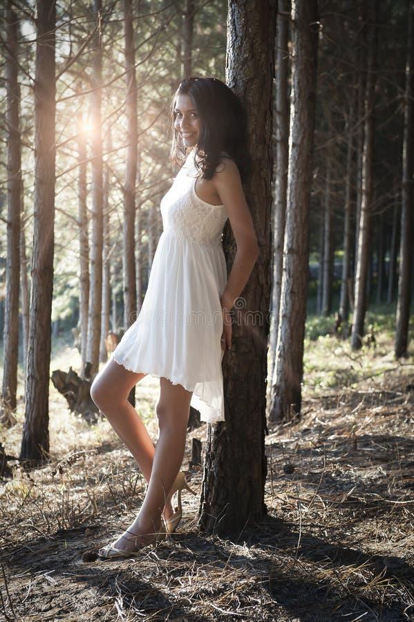 Giovane bella donna indiana nel bianco d'uso della foresta immagine stock libera da diritti