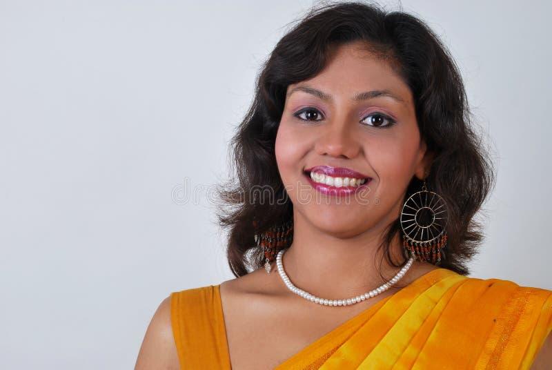 Giovane bella donna indiana sorridente per il advertisi immagini stock