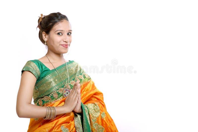 Giovane bella donna indiana tradizionale felice in saree tradizionale immagini stock