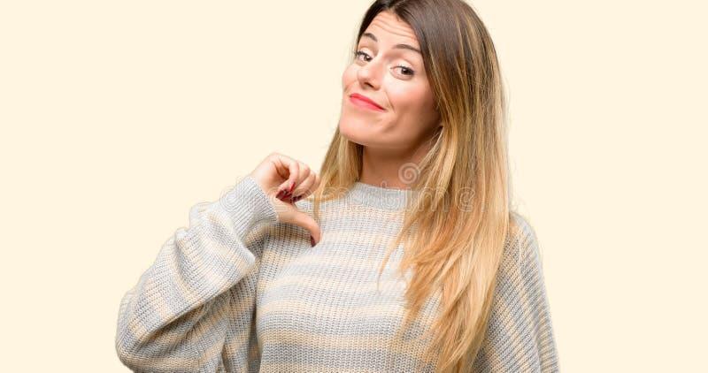 Giovane bella donna isolata sopra fondo giallo fotografia stock libera da diritti