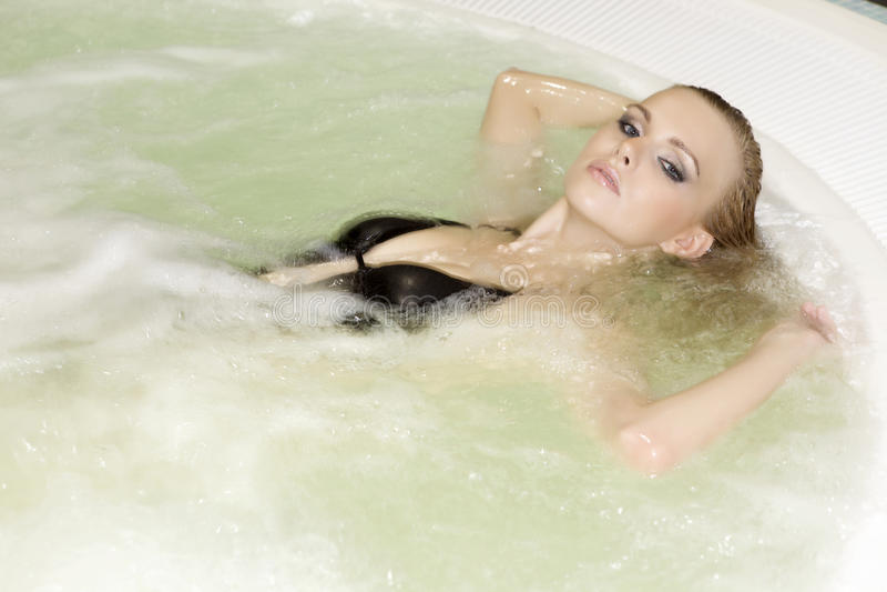 Giovane bella donna in Jacuzzi immagini stock libere da diritti