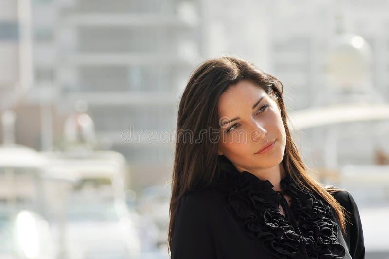 Giovane bella donna nella città immagine stock libera da diritti