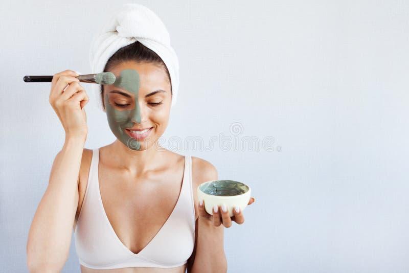 Giovane bella donna nella maschera di protezione di fango blu terapeutico Stazione termale immagini stock