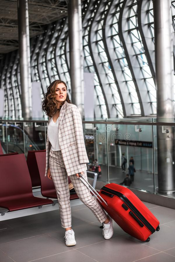 Giovane bella donna nella sala di attesa dell'aeroporto immagine stock libera da diritti