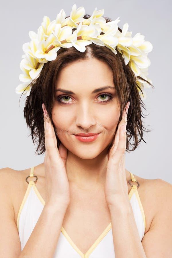 Giovane bella donna in parte superiore del fiore immagine stock