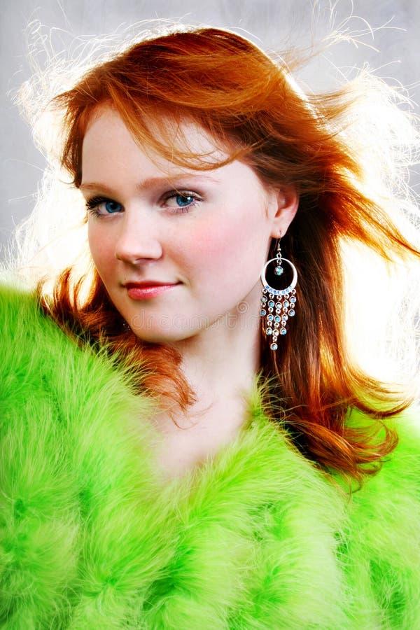 Giovane bella donna rossa sexy in pelliccia immagini stock libere da diritti