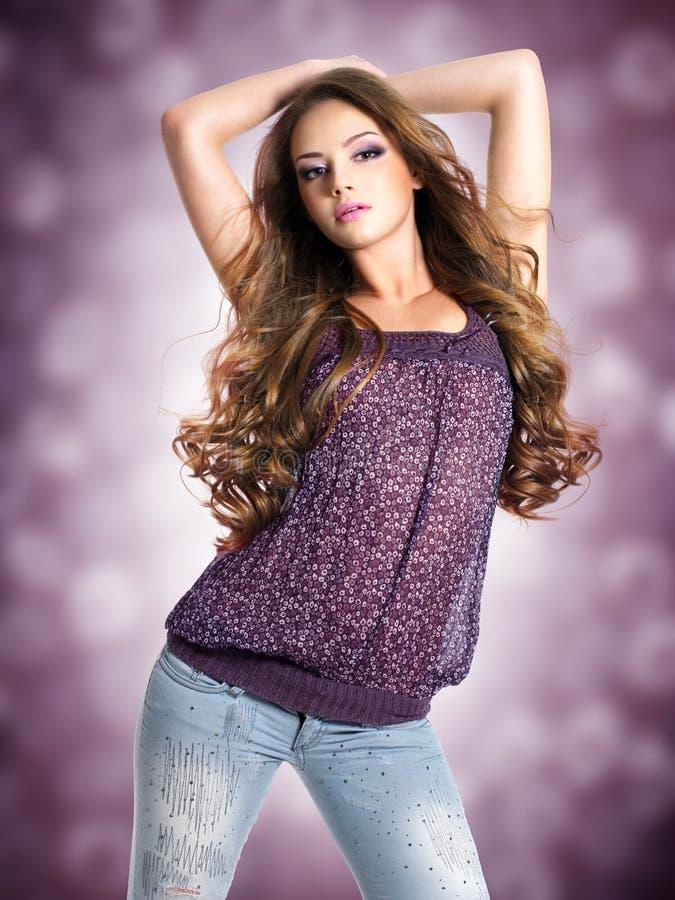 Giovane bella donna sexy con i capelli ricci lunghi immagine stock libera da diritti