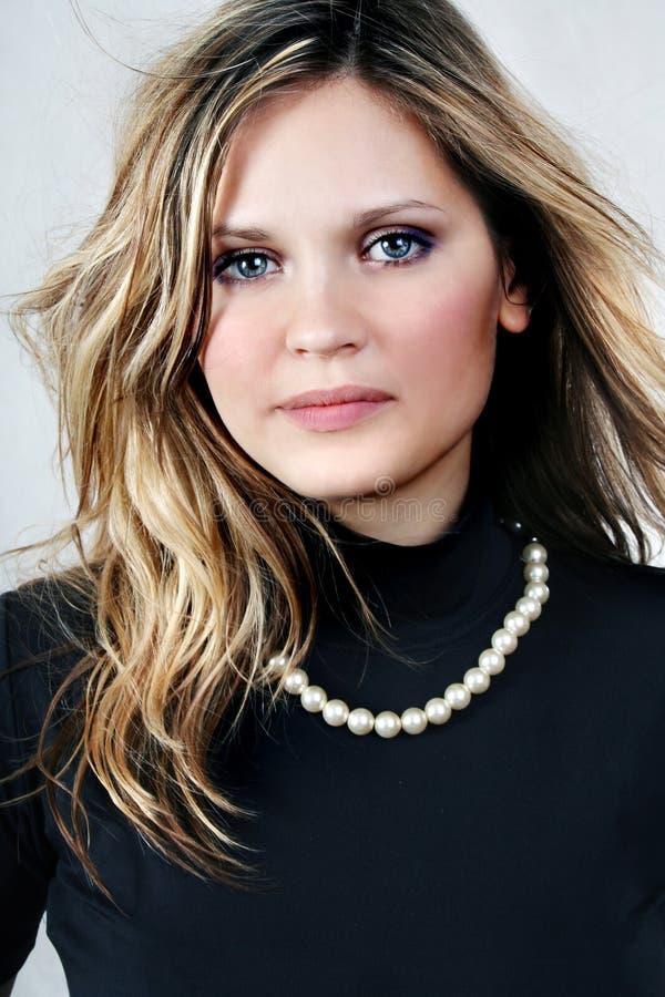 Giovane bella donna sexy del biondo-brunette sul bianco fotografia stock libera da diritti