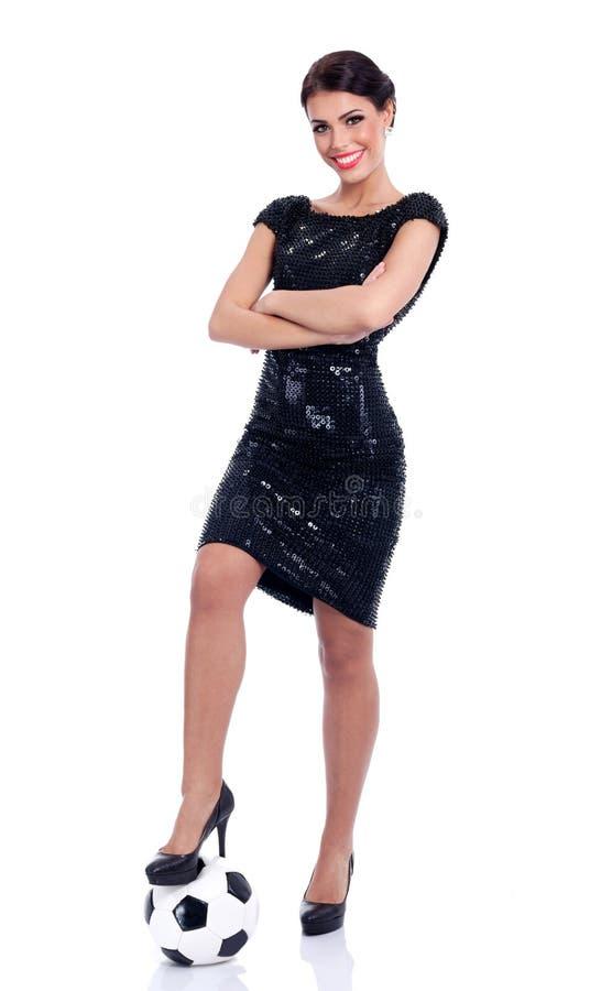 Giovane bella donna sexy in vestito elegante che sta al calcio b fotografie stock