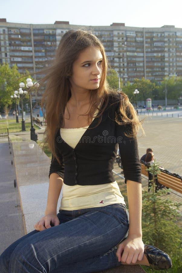Giovane bella donna sopra fondo urbano fotografie stock