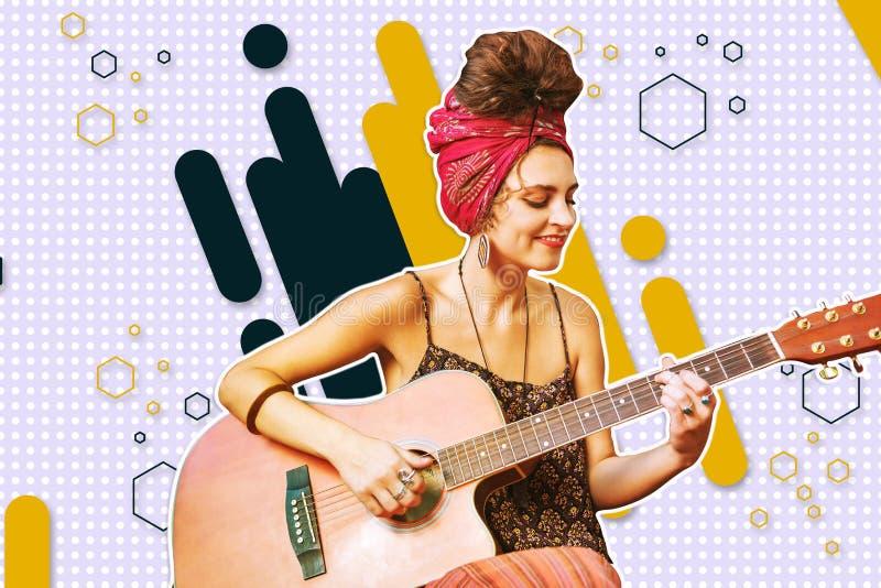 Giovane bella donna sorridente che gioca una chitarra fotografia stock libera da diritti