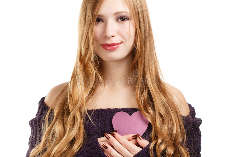 Giovane bella donna sorridente con capelli biondi lunghi nel purp scuro immagine stock