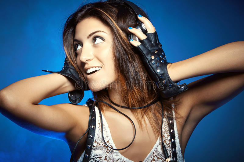Giovane bella donna sorridente del DJ con il ritratto delle cuffie immagine stock libera da diritti