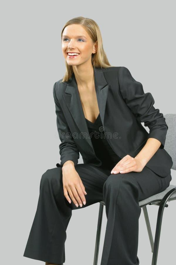 Giovane bella donna sorridente di affari fotografia stock libera da diritti