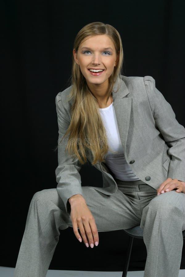 Giovane bella donna sorridente di affari immagine stock libera da diritti