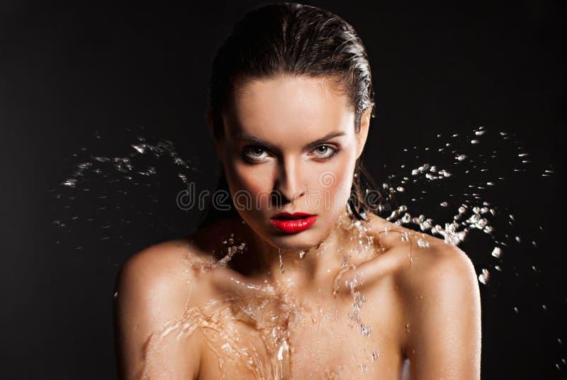 Giovane bella donna sotto la corrente di acqua immagini stock libere da diritti