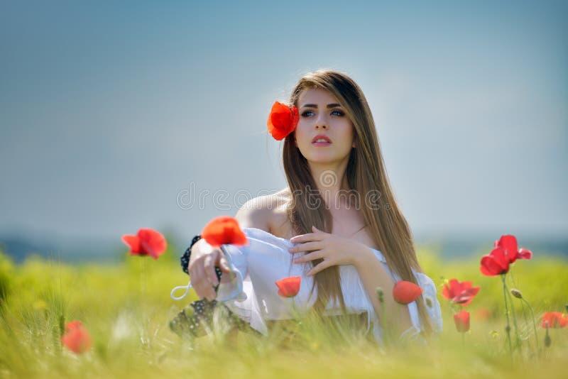 Giovane bella donna sul giacimento di cereale di estate fotografie stock libere da diritti