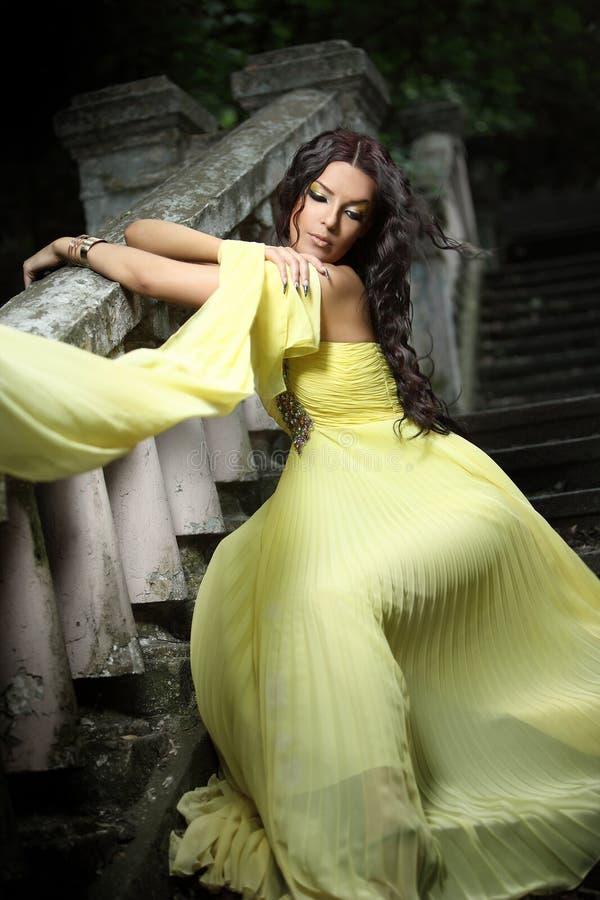 Giovane bella donna sulle scale fotografie stock libere da diritti