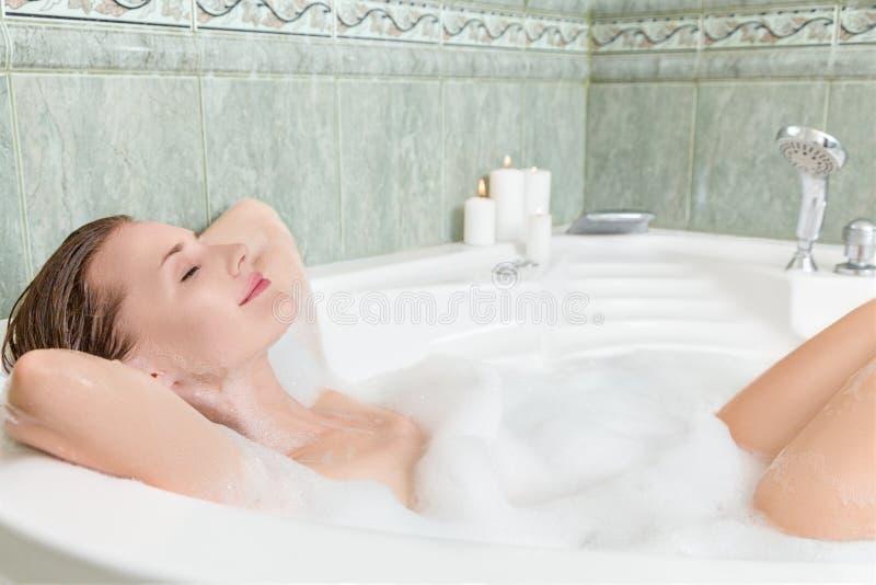 Giovane bella donna in un bagno immagini stock libere da diritti