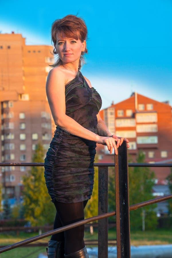 Download Giovane Bella Donna In Un Vestito Nello Stile Militare In Autunno Fotografia Stock - Immagine di osservare, lifestyle: 56890148