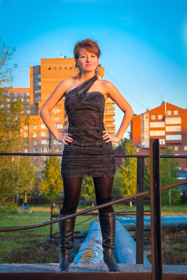 Download Giovane Bella Donna In Un Vestito Nello Stile Militare Nel Parco Di Autunno Immagine Stock - Immagine di sera, cappuccio: 56891679
