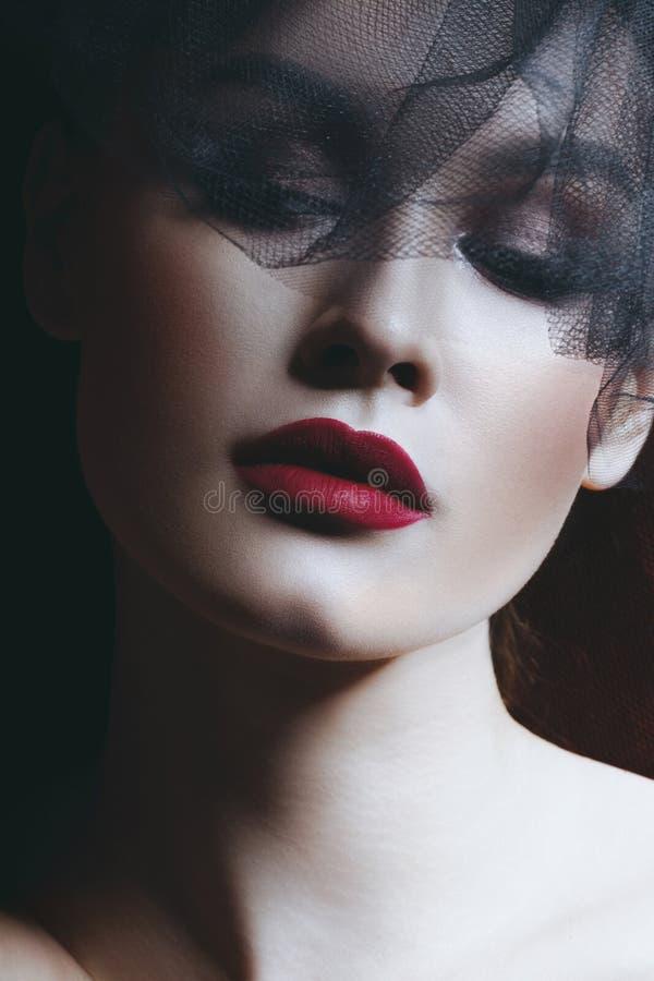 Giovane bella donna in velo nero fotografie stock libere da diritti