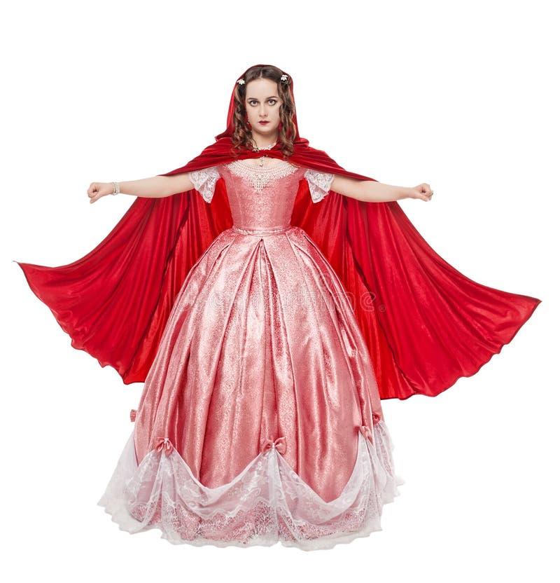 Giovane bella donna in vestito medievale lungo e in isola rosso del mantello immagini stock