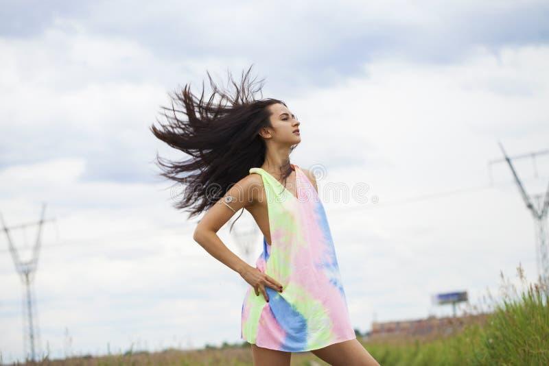 Giovane bella donna in vestito nel parco di estate fotografia stock libera da diritti