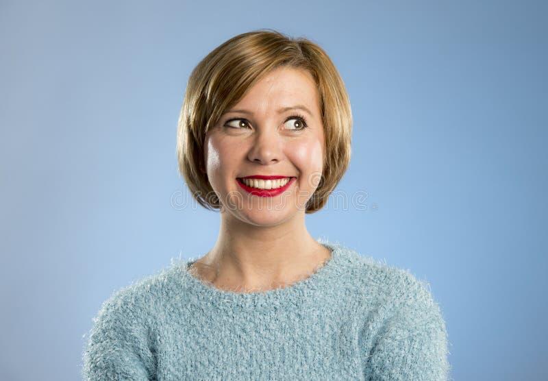 Giovane bella e donna dolce nel sorridere blu del pullover felice e allegro fotografia stock libera da diritti