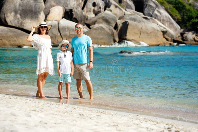 Giovane bella famiglia che cammina alla spiaggia fotografie stock libere da diritti