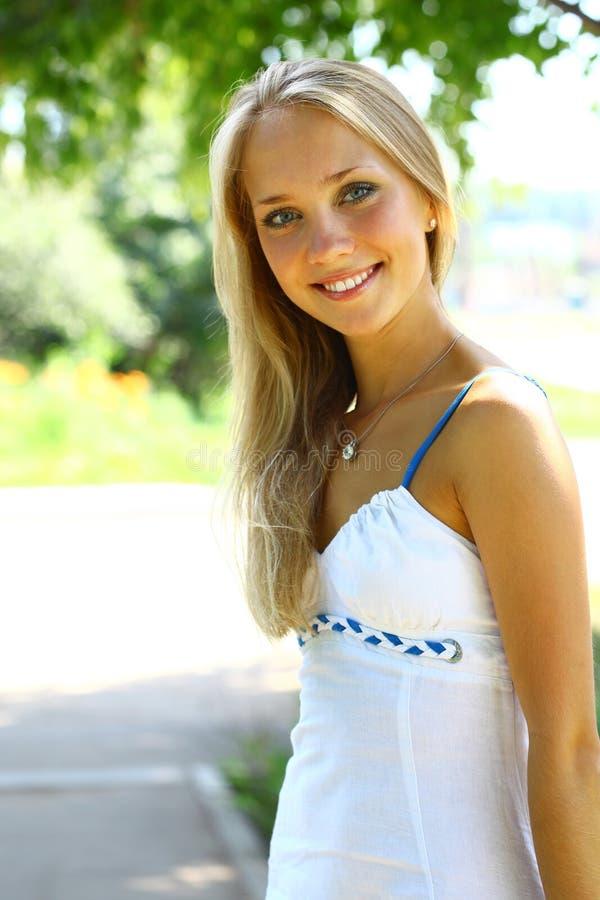 Giovane bella femmina bionda con capelli lunghi immagini stock libere da diritti