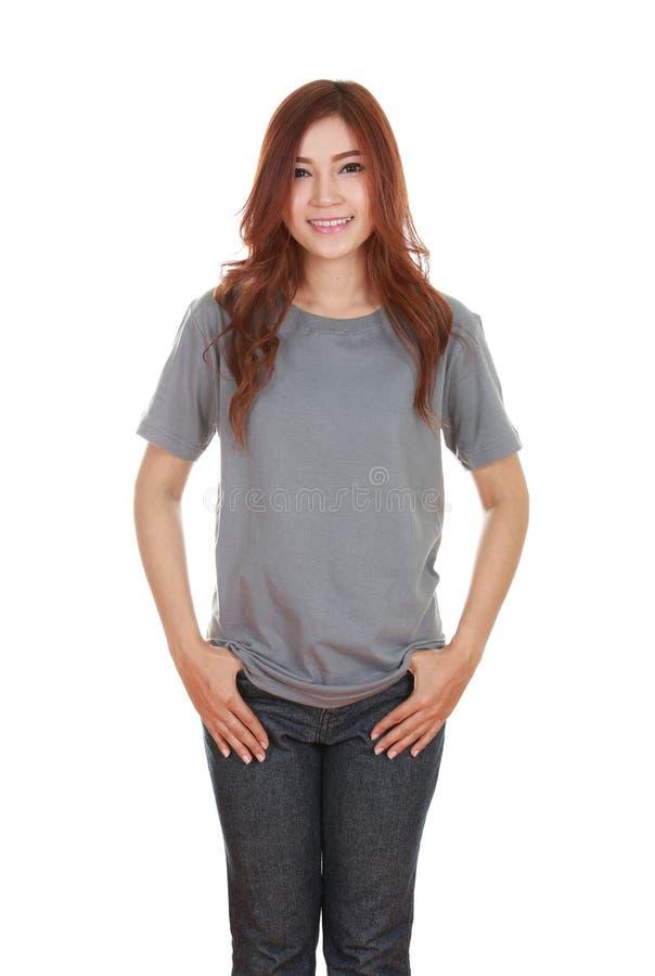 Giovane bella femmina con la maglietta in bianco fotografie stock libere da diritti