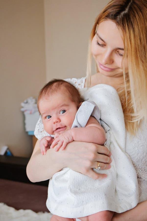 Giovane bella madre con la sua ragazza di neonato fotografie stock