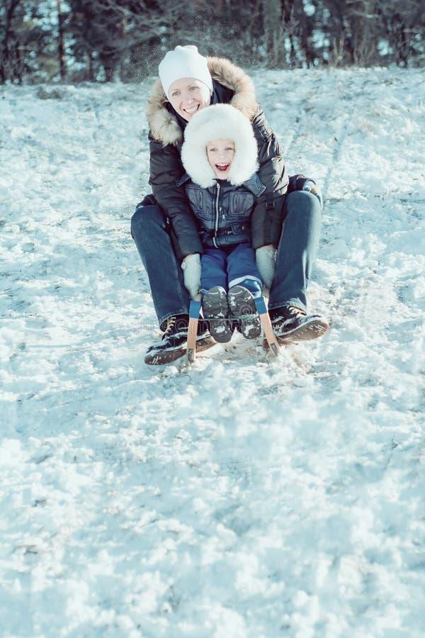 Giovane bella madre ed il suo piccolo figlio sul fotografie stock