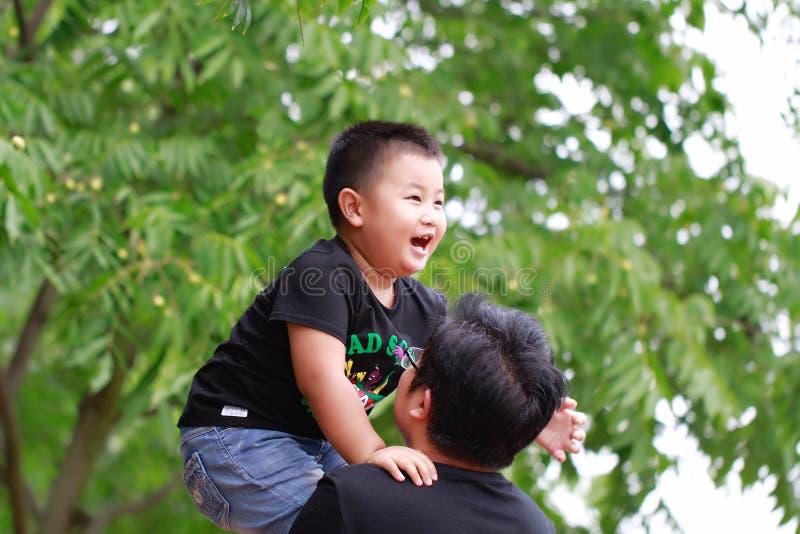 Giovane bella madre felice con il bambino sulla natura all'aperto immagine stock