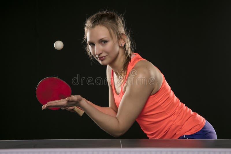 Giovane bella ragazza atletica che gioca ping-pong fotografia stock