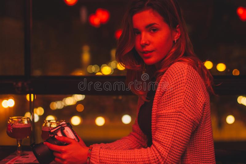 Giovane bella ragazza caucasica con la macchina da presa antiquata a disposizione immagini stock libere da diritti